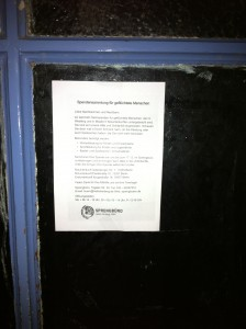 Spendenaufrufe kleben an Türen der Nachbarschaft